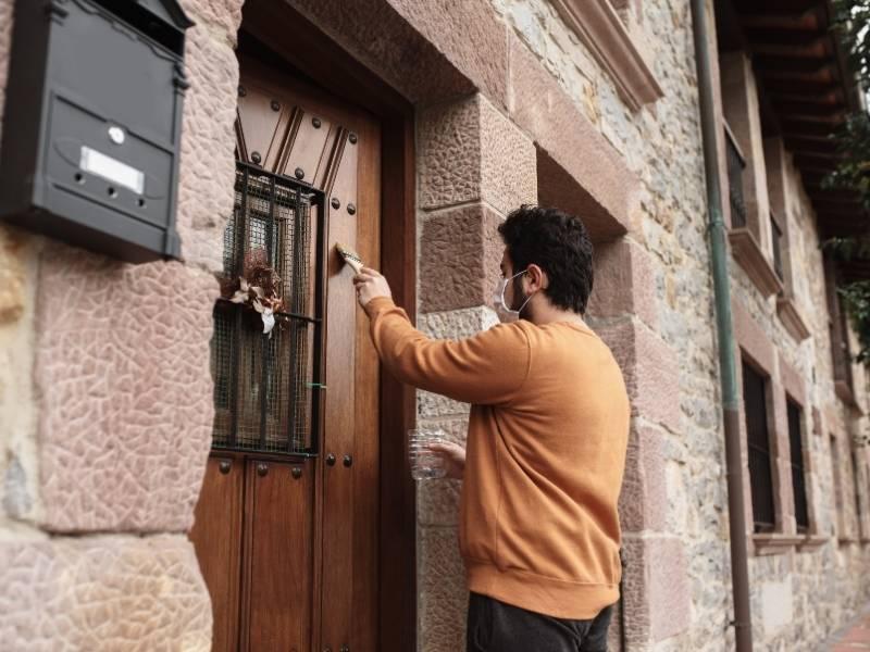 Cómo pintar o barnizar las puertas de madera de nuestra casa