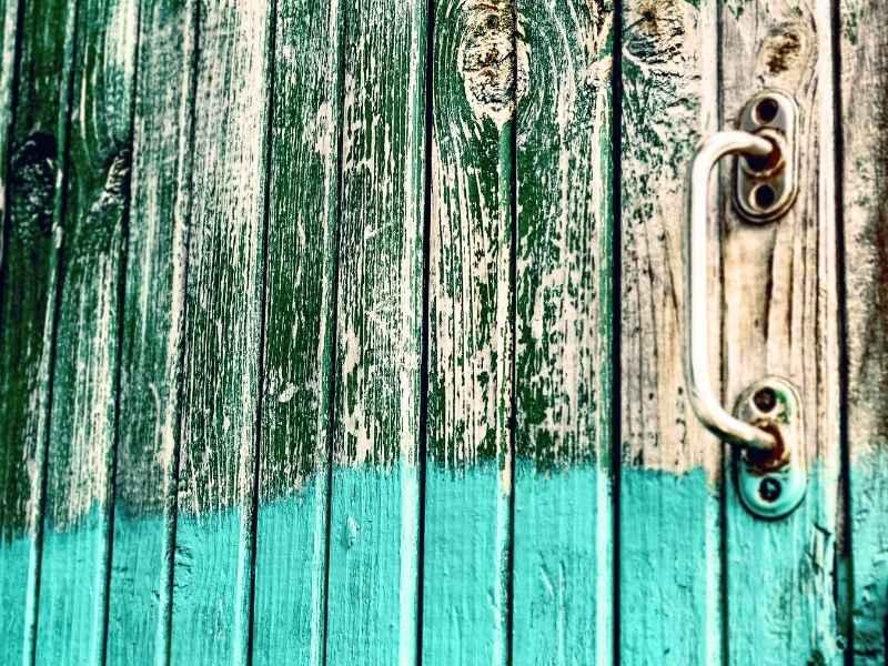 Puerta pintada sin barniz